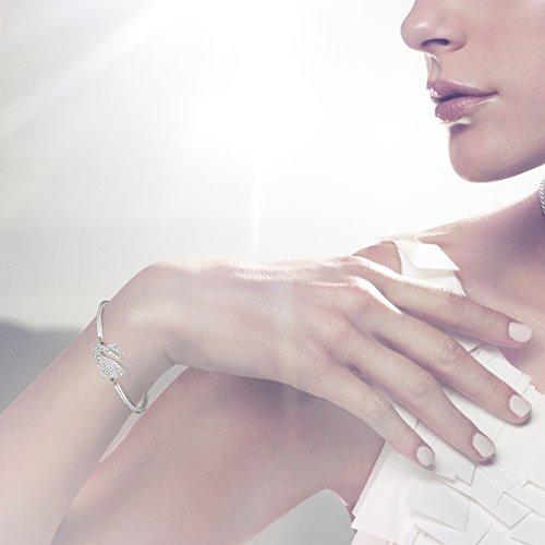 Swarovski Bracelet-jonc Swan, blanc, métal rhodié 4    <p>Swan bracelet ce bracelet jonc plaqué rhodium avec le célèbre motif: le cygne. En cristaux scintillants, offre un look leur élégance intemporelle. L'fermeture chaîne réglable offre une haute résistant et confort. Article no.: 5011990Dimensions: 6x 4,5cm Le bracelet-jonc Swan, plaqué rhodium, présente le motif emblématique de Swarovski : le cygne. Scintillant en un pavé de cristaux clairs, il confère un look d'une élégance intemporelle. Le mécanisme réglable du bracelet-jonc offre une tenue et un confort excellents. Les bijoux Swarovski alimentent véritablement l'expression créative de soi-même. Depuis 1895, le savoir-faire du fondateur Daniel Swarovski en matière de taille du cristal a défini la société.  Sa passion inébranlable pour l'innovation et le design en a fait la première marque mondiale de bijoux et d'accessoires en cristal taillé.</p>