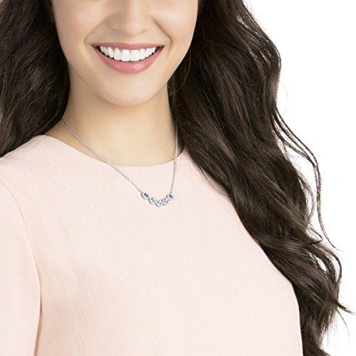 Swarovski Collier Angelic Square, bleu, métal rhodié 4    Illuminez votre boîte à bijoux avec ce superbe collier en métal rhodié. Affichant des cristaux bleus carrés encadrés d'un pavé de cristaux classique, ce bijou facile à porter restera longtemps indémodable. Parfait pour offrir, mais aussi un choix élégant pour un mariage.