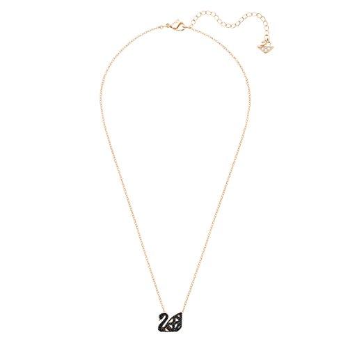 Swarovski Collier Facet Swan, noir, combinaison de métaux plaqués 3    Perfectionnez la tendance noir et blanc avec ce collier réversible avant-gardiste arborant le symbole du cygne emblématique de Swarovski. Inspiré par les facettes du cristal, le design contemporain présente une cage en 3D avec des lignes raffinées de cristaux étincelants sertis pavé, noirs sur une face et incolores sur l'autre. Très facile à coordonner avec d'autres bijoux.