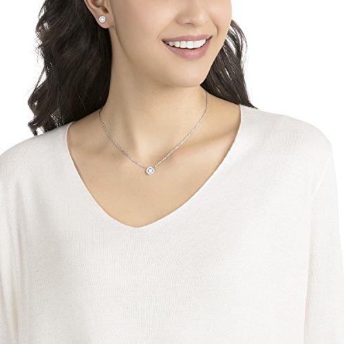 Swarovski Parure Angelic Square, blanc, métal rhodié 5    Resplendissez cette saison et tout au long de l'année avec cette fabuleuse parure de bijoux. Elle se compose d'un pendentif en métal rhodié sur une chaîne et d'une paire de boucles d'oreilles assorties. Affichant des cristaux carrés encadrés d'un pavé de cristaux classique, ce bijou facile à porter restera longtemps indémodable.