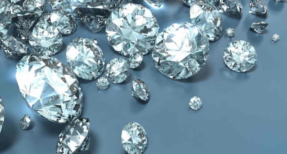 Comment se protéger des nombreuses arnaques autour des diamants ? 1    Les diamants sont les plus célèbres de toutes les pierres précieuses et les amateurs de joaillerie du monde entier les trouvent irrésistibles. C'est un marché prospère, mais il souffre depuis quelque temps d'une mauvaise réputation à cause de certaines arnaques. Que ce soient les diamants de synthèse ou des investissements bidon, les plaintes se multiplient et il faut apprendre à s'en prémunir.